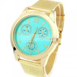 Relógio dourado fundo verde